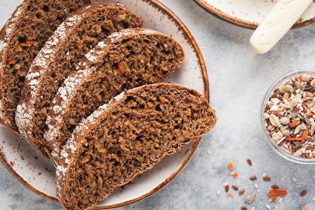 Vista superior de fatias de pão de cenoura fresco