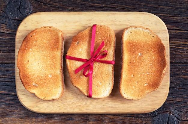 Vista superior de fatias de pão torrado com uma fita