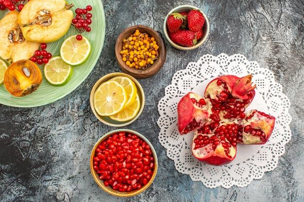 Vista superior de fatias de romãs doces