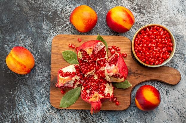 Vista superior de fatias de romãs doces Foto gratuita