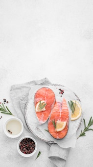 Vista superior de fatias de salmão com espaço de cópia de limão