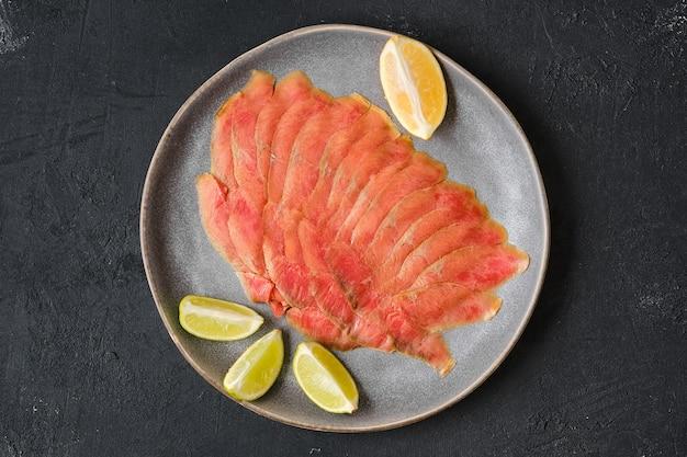 Vista superior de fatias finas de filé de salmão defumado