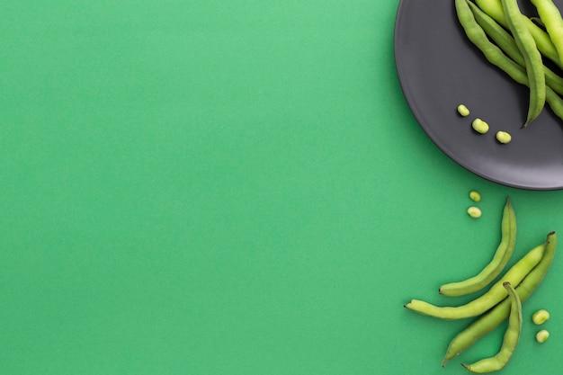 Vista superior de feijão verde com espaço de cópia