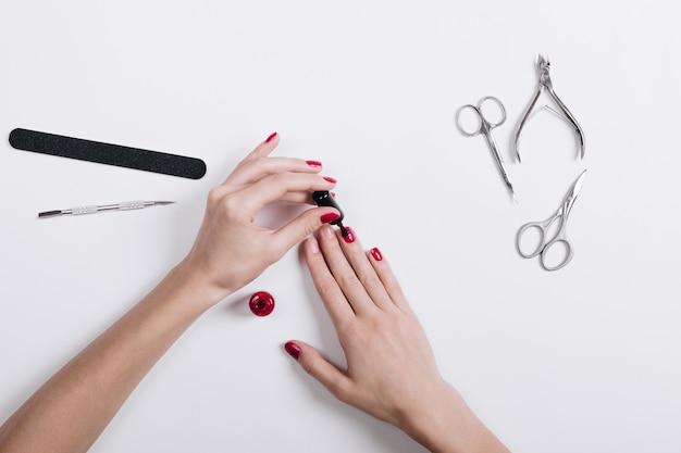 Vista superior, de, femininas, mãos, pintado, pregos, com, vermelho, laca