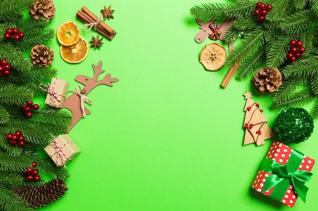 Vista superior de férias de natal, sobre fundo verde. conceito de feriado de ano novo com espaço de cópia