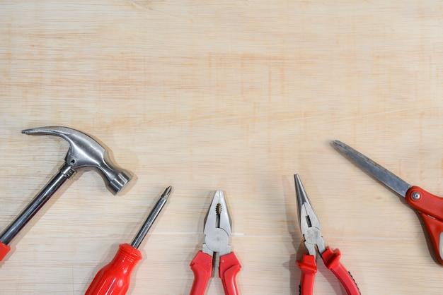 Vista superior de ferramentas acessíveis da variedade no fundo da placa de madeira para o dia labour.