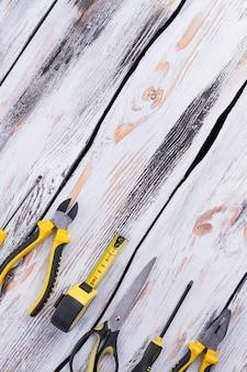 Vista superior de ferramentas de carpinteiro em fundo de madeira
