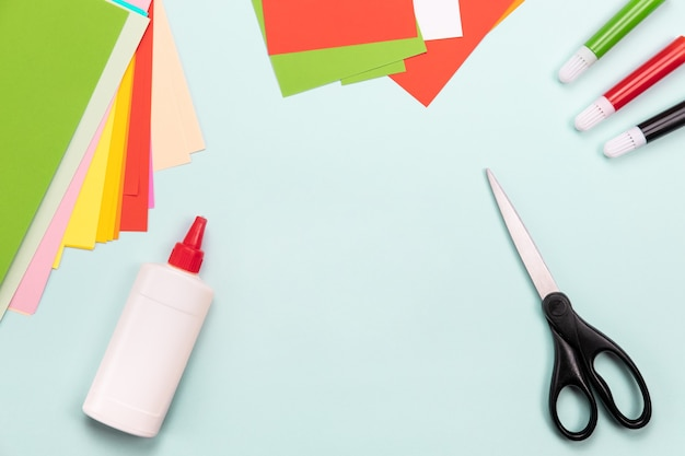 Vista superior de ferramentas de corte de papel, tesouras, cortador, tapete de corte e objetos de papel artesanais
