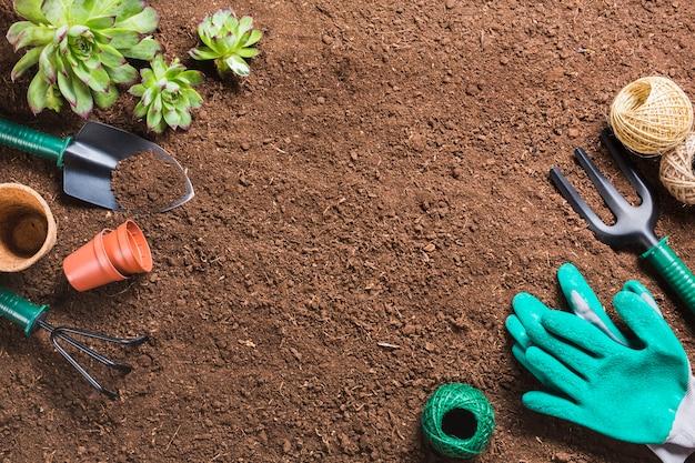 Vista superior de ferramentas de jardinagem no chão