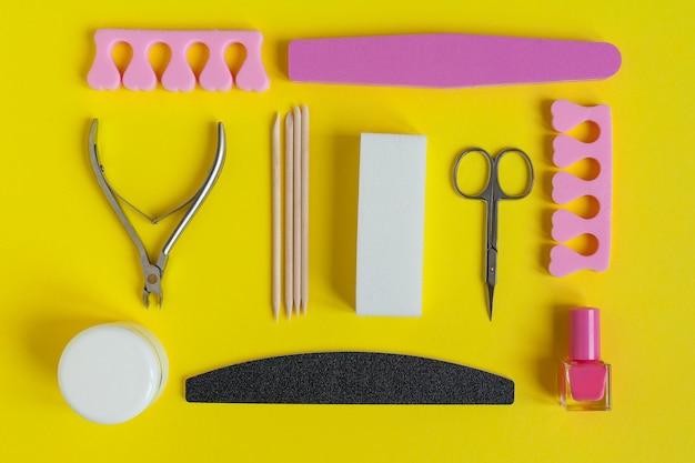 Vista superior de ferramentas de manicure em amarelo