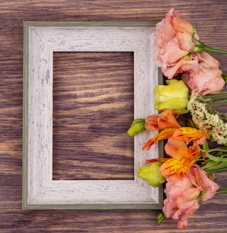 Vista superior de flores coloridas frescas e maravilhosas na madeira