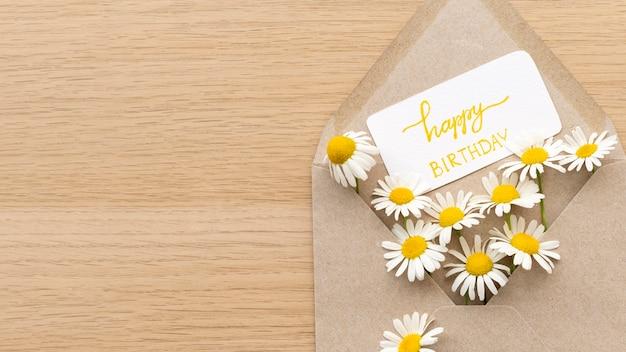 Vista superior de flores de aniversário em envelope