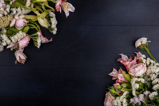 Vista superior de flores rosa claro em uma superfície preta