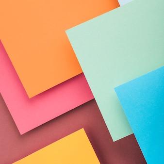 Vista superior de folhas de papel colorido