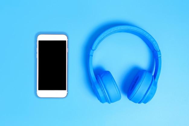 Vista superior de fones de ouvido no fundo azul