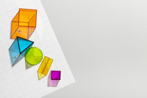 Vista superior de formas geométricas coloridas com espaço de cópia
