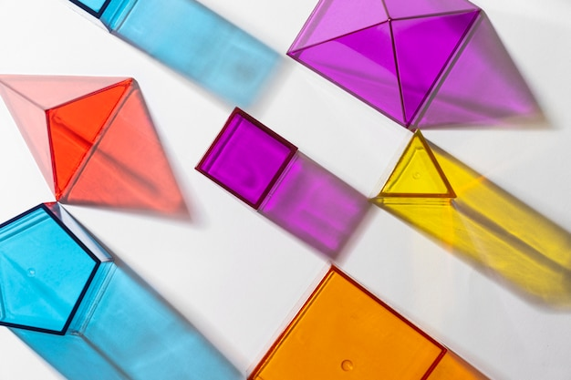 Vista superior de formas geométricas translúcidas coloridas
