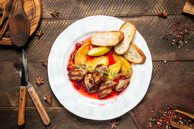 Vista superior de frango assado com torradas de batata e molho de mirtilo