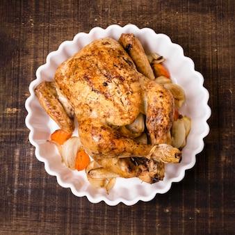 Vista superior de frango assado no prato de ação de graças