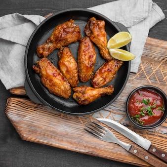 Vista superior de frango frito com molho e talheres