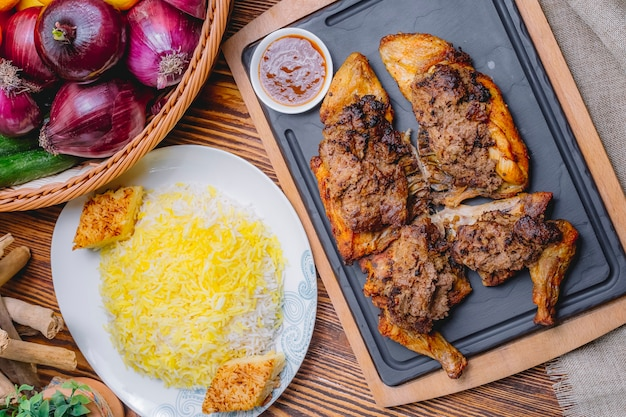 Vista superior de frango frito lavangi com molho e arroz