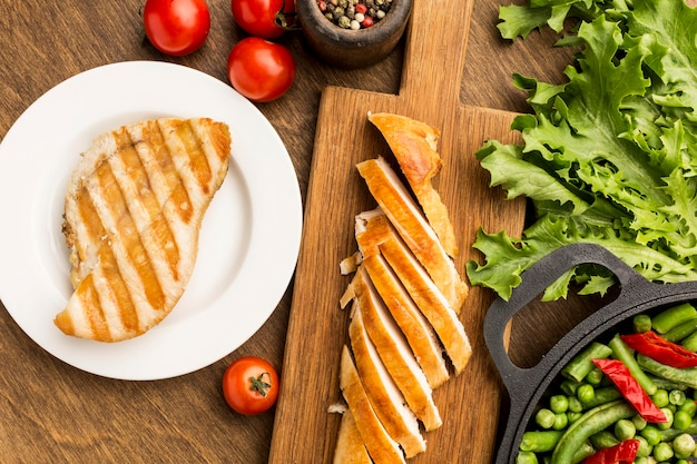 Vista superior de frango grelhado e tomate com salada