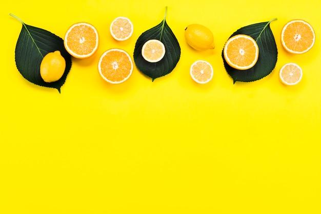 Vista superior de frutas cítricas com folhas