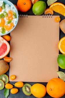 Vista superior de frutas cítricas como limão limão laranja e outros com espaço de cópia