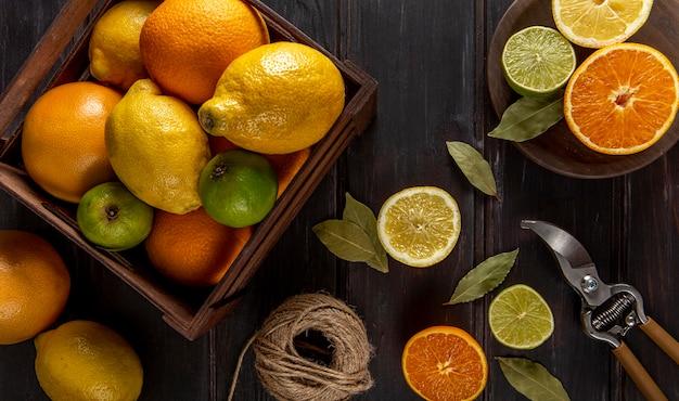 Vista superior de frutas cítricas em caixa
