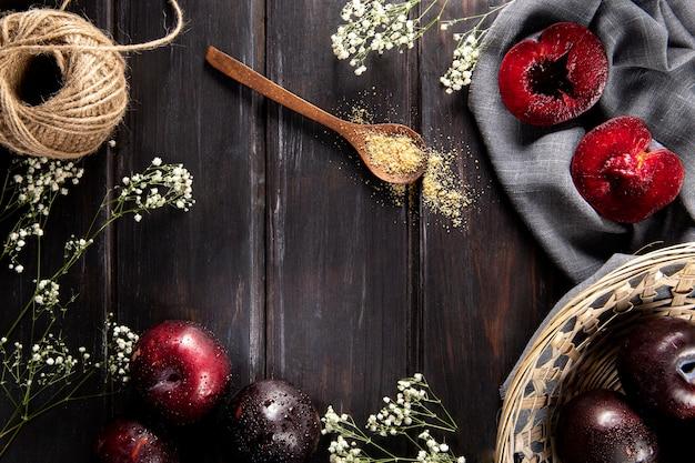 Vista superior de frutas com cesta e flores