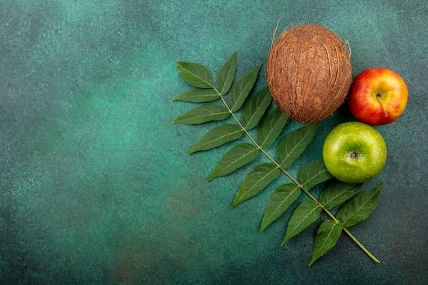 Vista superior de frutas com folhas na superfície grenn