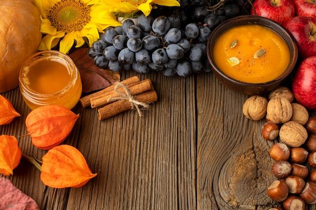 Vista superior de frutas de outono e sopa de abóbora