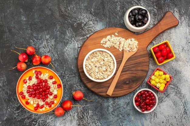 Vista superior de frutas, doces de romã, frutas coloridas, aveia no quadro