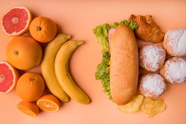 Vista superior de frutas e alimentos não saudáveis