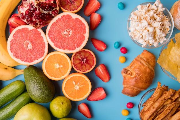 Vista superior de frutas e lanches