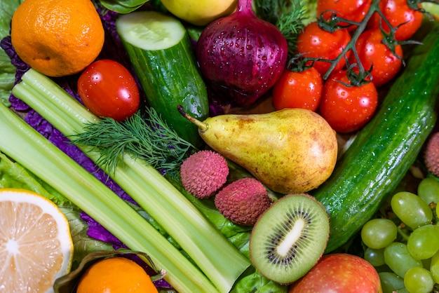 Vista superior de frutas e legumes frescos orgânicos, diferentes frutas e legumes para uma alimentação saudável