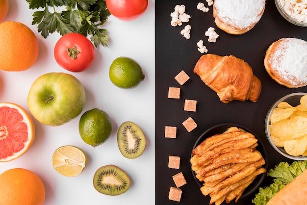 Vista superior de frutas e legumes versus alimentos não saudáveis
