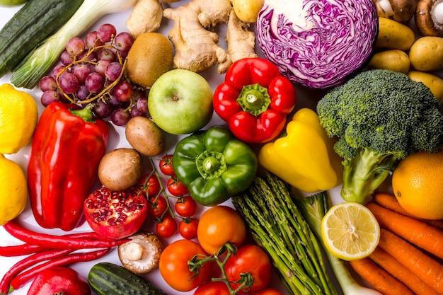 Vista superior de frutas e vegetais frescos coloridos ideais para uma dieta balanceada