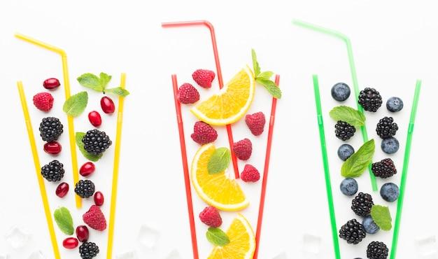 Vista superior de frutas em copos de palha com hortelã