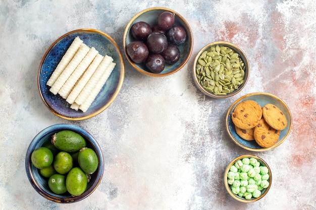 Vista superior de frutas frescas com biscoitos e doces