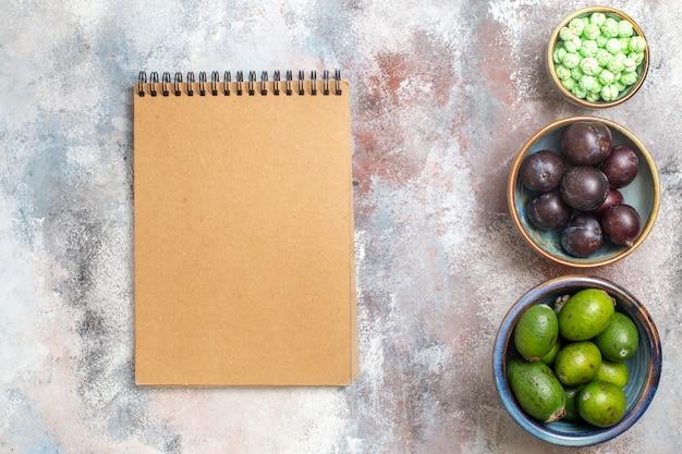 Vista superior de frutas frescas com bloco de notas