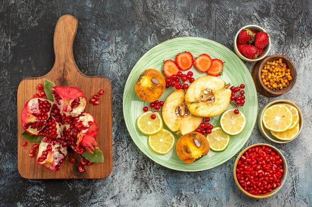 Vista superior de frutas maduras, marmelos, limões e outras frutas