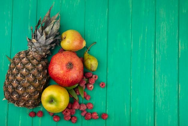 Vista superior de frutas na superfície verde