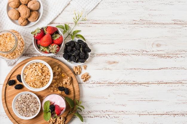 Vista superior de frutas saudáveis, com espaço de cópia