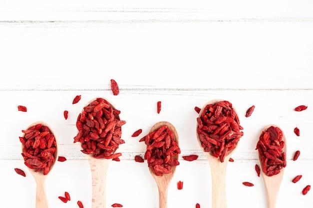 Vista superior de frutas secas vermelhas com espaço de cópia