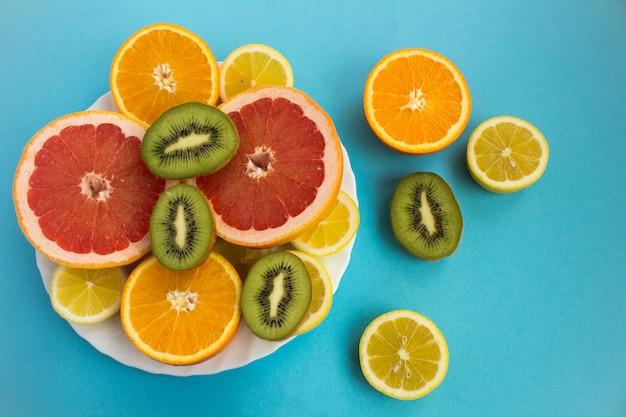 Vista superior de frutas tropicais fatiadas no prato