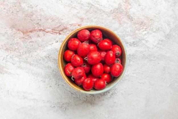 Vista superior de frutas vermelhas em uma mesa branca com sabor fresco
