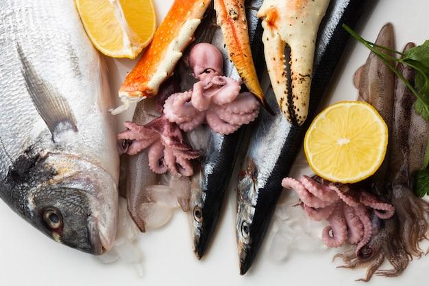 Vista superior de frutos do mar com limão