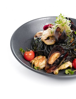 Vista superior de frutos do mar cozidos, isolado no fundo branco