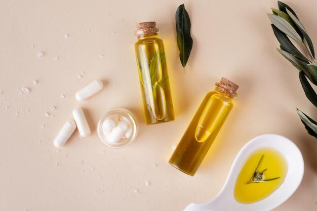 Vista superior de garrafas de plástico com óleo e pílulas